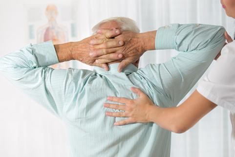 Séance ostéopathie sur personne âgée
